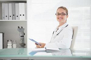 leende läkare använder hennes tablett foto