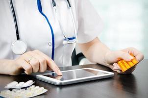 läkare som arbetar på en digital tablet foto