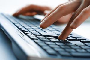 bild av människans händer att skriva. selektiv inriktning foto