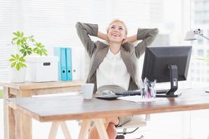 affärskvinna kopplar av i en svängbar stol foto