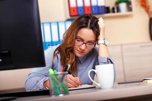 porträtt av frustrerad affärskvinna på kontoret foto