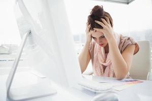 utmattad affärskvinna som arbetar med färgprov foto