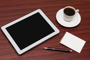 tom tablett och en kopp kaffe på kontoret foto