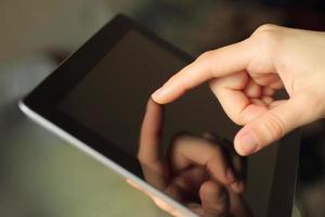 hand toching smart telefon foto