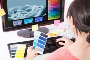 grafisk designer på jobbet. färgprover. foto