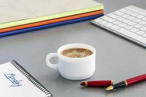 kontorsarbetsplats på grått träbord foto