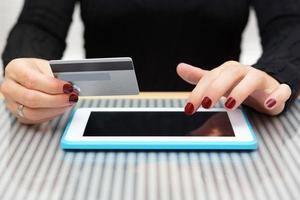 kvinna använder kreditkort för online-shopping foto
