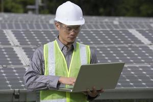 asiatiska ingenjörer som kontrollerar installationen av solpanelen