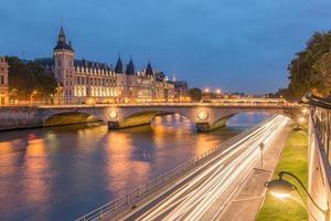 pont au Change och conciergerie i Paris foto