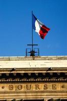 franska flaggan på börsbyggnaden foto
