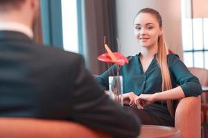 vackra unga företagare på mötet foto