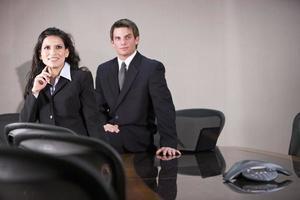 två kontorsarbetare som möts i styrelserummet foto
