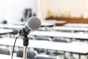 mikrofon i mötes- eller konferensrum foto