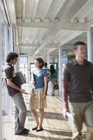 kontor kollegor i korridoren foto