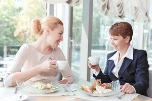 affärskvinnor under en affärslunch foto