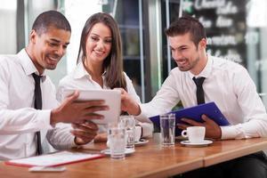 unga företagare som har ett affärsmöte på kafé foto