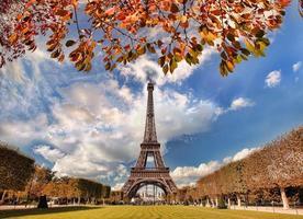 eiffeltorn med höstträd i Paris, Frankrike foto