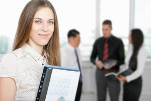framgångsrik affärskvinna i förgrunden och affärslag i bakgrunden