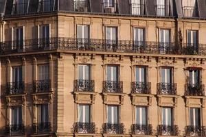 fasad av typisk byggnad i Paris foto