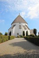 gammal rund kyrka i Bornholm danmark foto