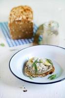 rågbrödsmörgås med nötsmör och banan till frukost foto