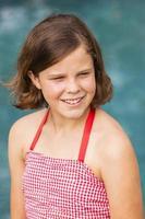 flicka tonåring ler rött blått foto
