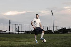 fotbollsspelare stannar på bollen foto