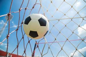 fotboll i mål efter skjutit foto