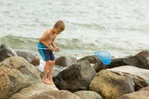 pojke på stranden foto