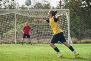 tjejer som spelar fotboll foto