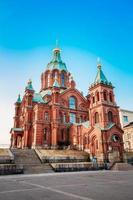 uspenski katedral, helsinki på solig sommardag. röd kyrka i foto