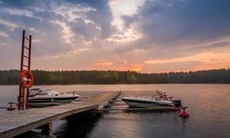 fritidsbåtar vid soluppgång foto
