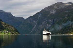 geiranger fjord med färja foto