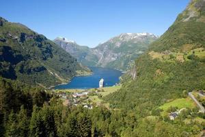 geiranger fjord i norge med kryssningsfartyg foto