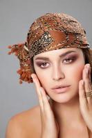 kaukasisk skönhet som bär en huvudduk foto