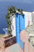 blå dörr vid oia, santorini foto