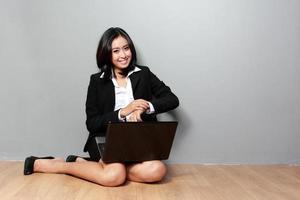 asiatisk affärskvinnastående med bärbar dator foto