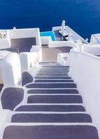 steg som leder till hotell i santorini foto