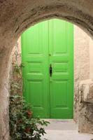 grön dörr foto