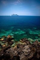 kryssningsfartyg bortom revet foto