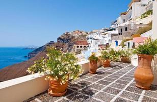 idyllisk uteplats med blommor i Fira stad på thera (santorini), Grekland. foto
