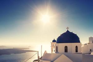 kyrkan imerovigli i fullt solljus foto