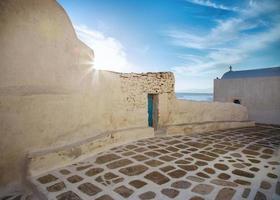 mykonos streetview med sol och blå himmel, Grekland foto