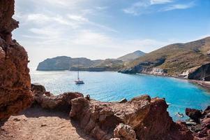 röd strand på ön santorini, Grekland. foto