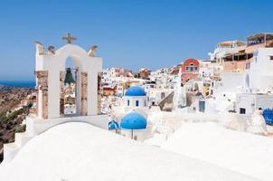 oia by med typiska hus på santorini, Grekland. foto