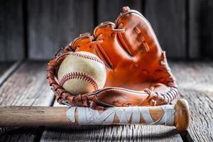 gammal baseballboll och pinne foto