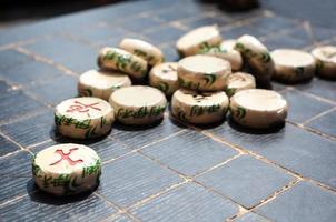 xiangqi-bitar på ett kinesiskt schackbräde foto