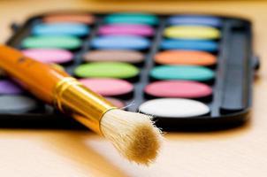 konstkoncept med målarpalett och målarpensel foto