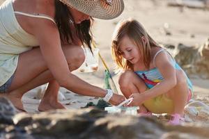 mor dotter fiske stranden foto
