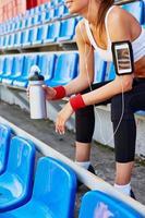 flicka med behållare med vatten foto